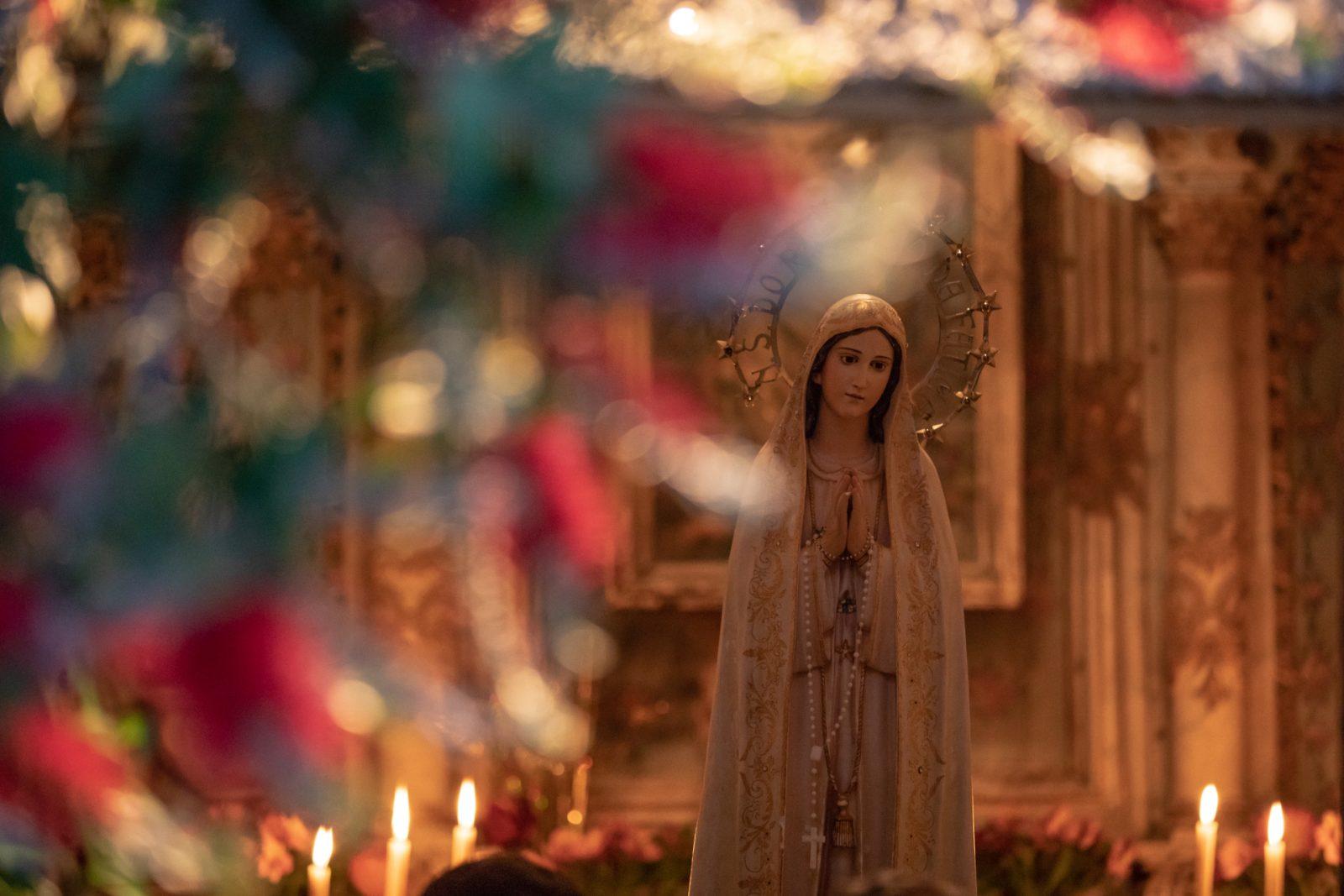 Procissão das velas a Nossa Senhora de Fátima, com tapetes de flores.